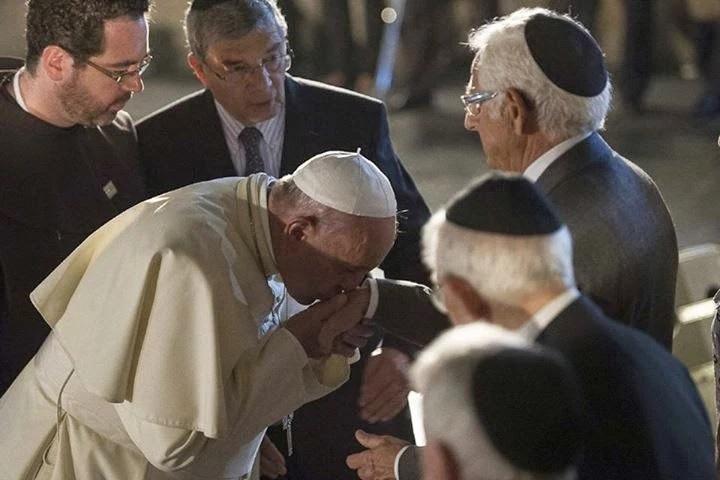 Bergoglio bacia la mano a un ebreo