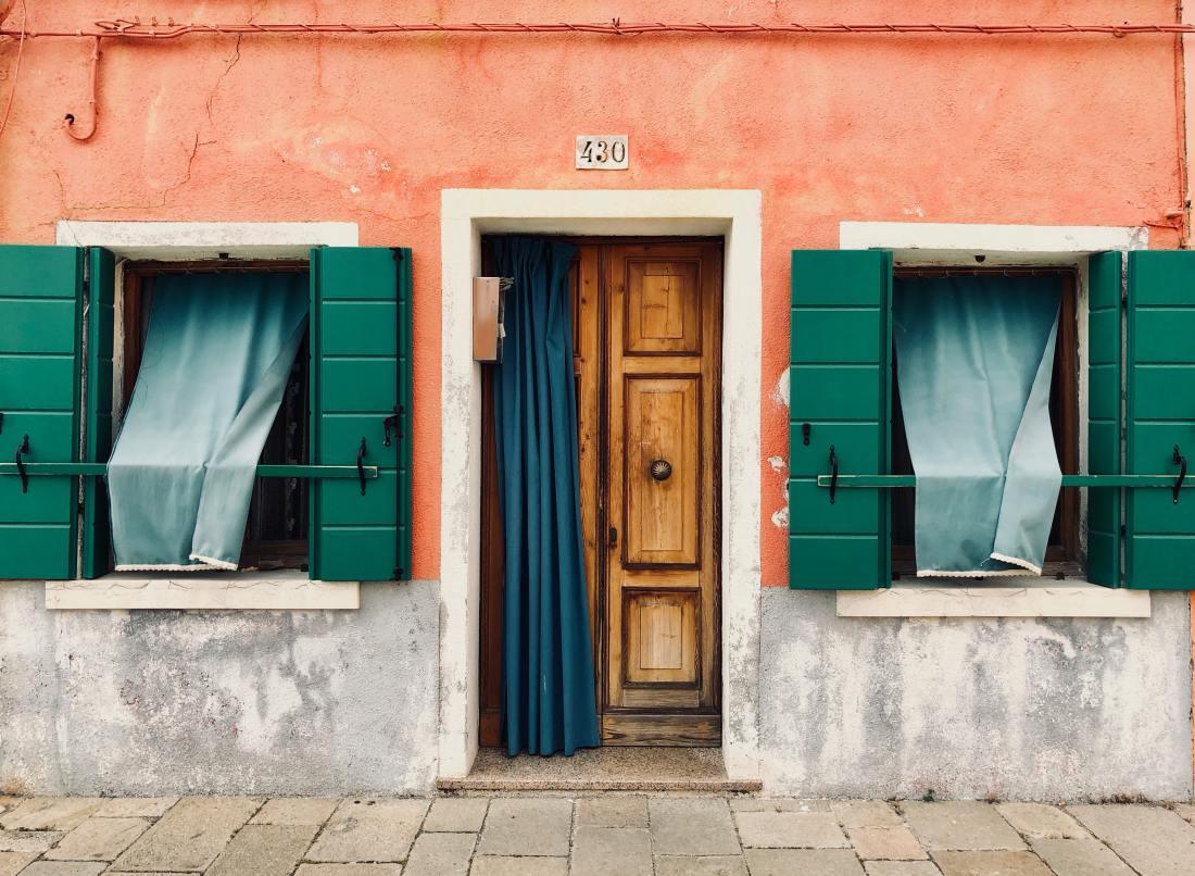 Porta di casa - foto di Marie Lemaistre da Pexels brown-wooden-door-opened-with