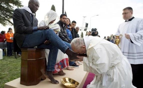 Bergoglio bacia piedi di immigrati, musulmani e donne