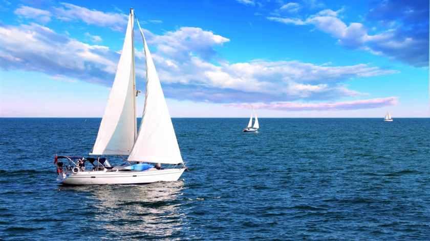 barca-a-vela-nel-mare